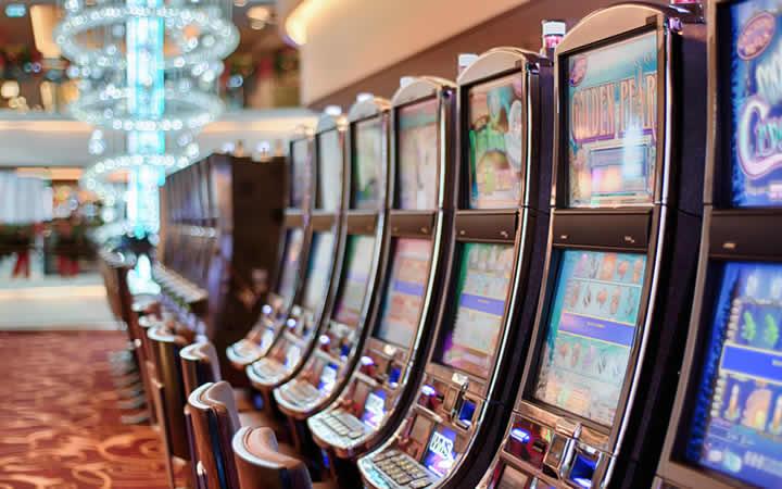 Il faut avoir au moins 18 ou 19 ans pour entrer dans un casino au Canada. Tout dépend dans quel province vous êtes.